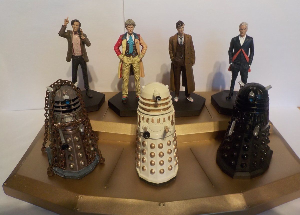 Extremely Hard to get Brand New Dr Who Doctor /& Daleks Gold Display Board