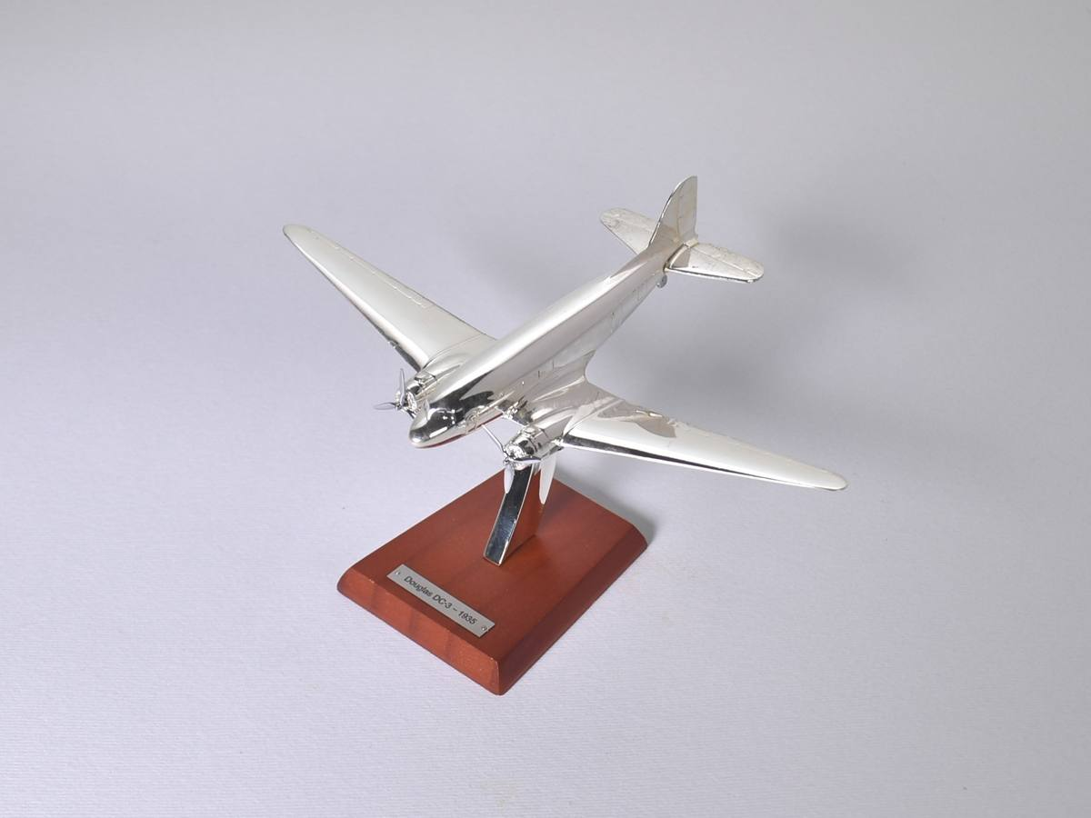 1//200 Scale Aircraft Comercial Chrome Brand New with stand Military